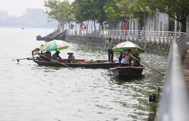 Vẻ mặt mệt mỏi, anh Nguyễn Văn Doanh, nhân viên xí nghiệp môi trường hồ Tây cho biết, hơn tuần qua anh cùng đồng nghiệp liên tục dọn cá chết ở hồ đưa lên bờ.