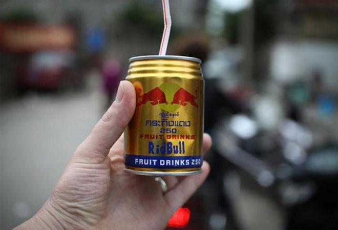 """Thoạt nhìn, nhiều người nghĩ đây là một lon nước tăng lực Red Bull của Thái Lan. Nhưng thực ra, đây là """"Rid Bull"""", một sản phẩm nhái ở Trung Quốc."""