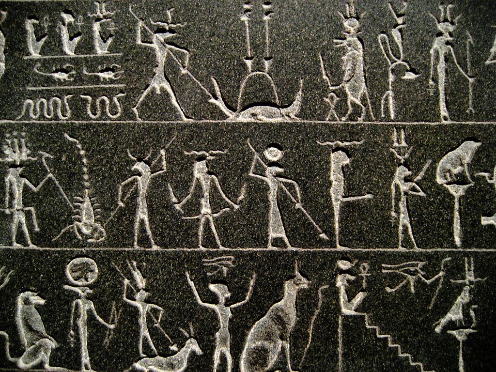 Những chữ tượng hình được khắc rất tinh tế trên mặt đá granit cứng