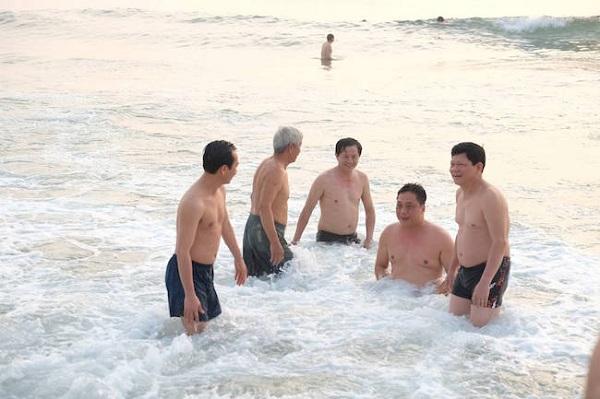 Các vị lãnh đạo TP.Đà Nẵng đã cùng nhau tắm biển vào sáng 1/5.