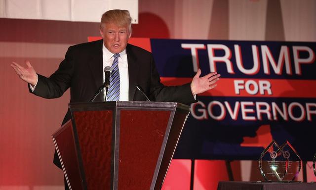 Năm 2014: Trump phát biểu trong bữa tiệc Lincoln Day tại hội nghị hàng năm của Hội nghị Đảng Cộng hòa ở New York County - nơi ông nói rằng ông sẽ chạy vào ghế Thống đốc năm 2014 nếu Đảng Cộng hòa ủng hộ ông. (Ảnh: John Moore/Getty Images)