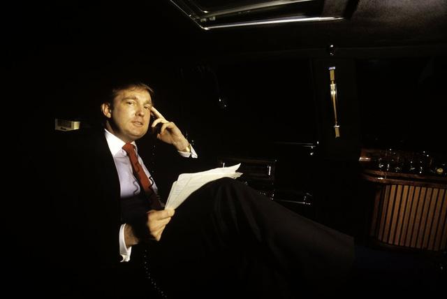 Trump di chuyển vòng quanh New York City trong chiếc limousine của mình ở tuổi 30. (Ảnh: McNally/Getty Images)