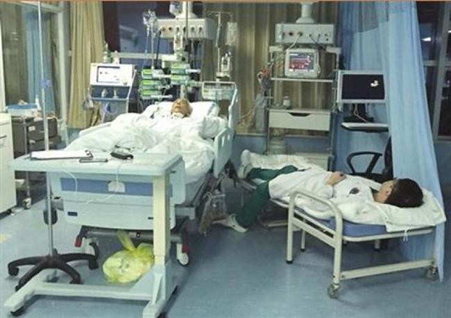 Cảm động nữ bác sĩ ngủ gục trên sàn sau 28 giờ phẫu thuật liên tục - H5