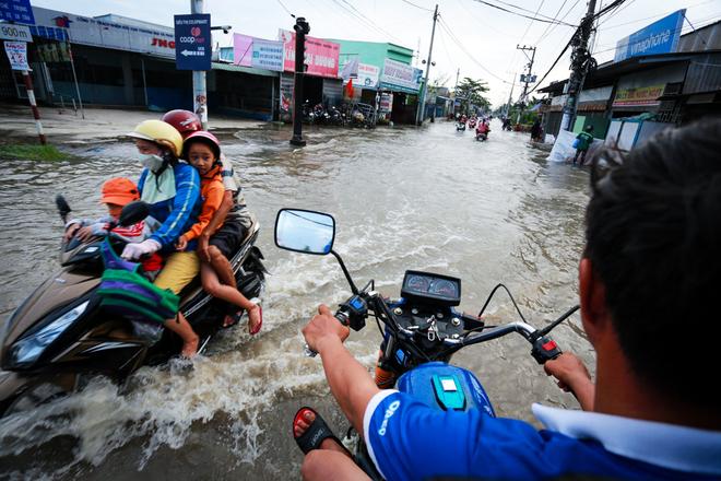 Đường Sài Gòn ngập: Xe ba gác bỗng dưng đắt khách -H5