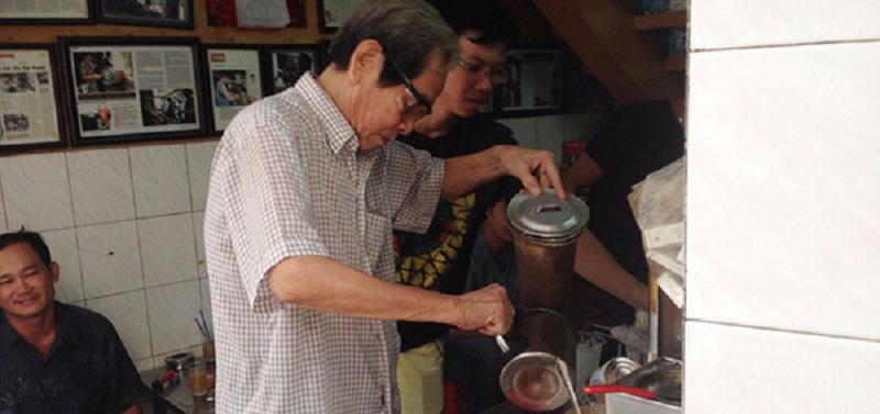 Ông Côn đang tất bật pha cà phê phục vụ khách. (Ảnh: Cafebiz)
