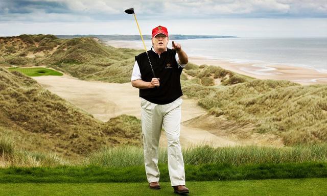 Trump tại ngày khai trương sân golf nằm trong khu Menie estate. (Ảnh: Murdo MacLeod for the Guardian)