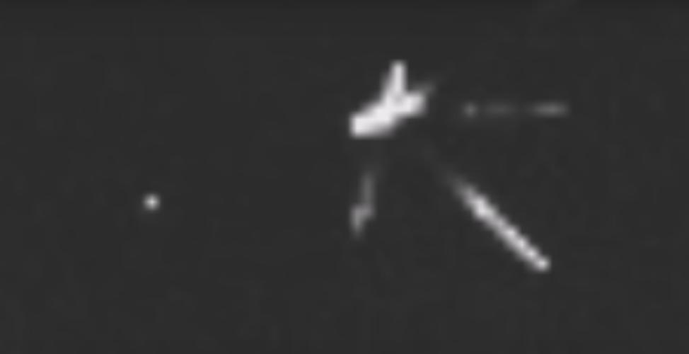 Phóng to bức ảnh cho thấy, vật thể gồm hai phần, phần thân chính là một khối chữ Y khổng lồ quay ngược. Phần còn lại là bốn trụ dài phát sáng nối với khối chữ Y tựa như 4 cánh tay. (Nguồn ảnh: ufosightingsdaily).
