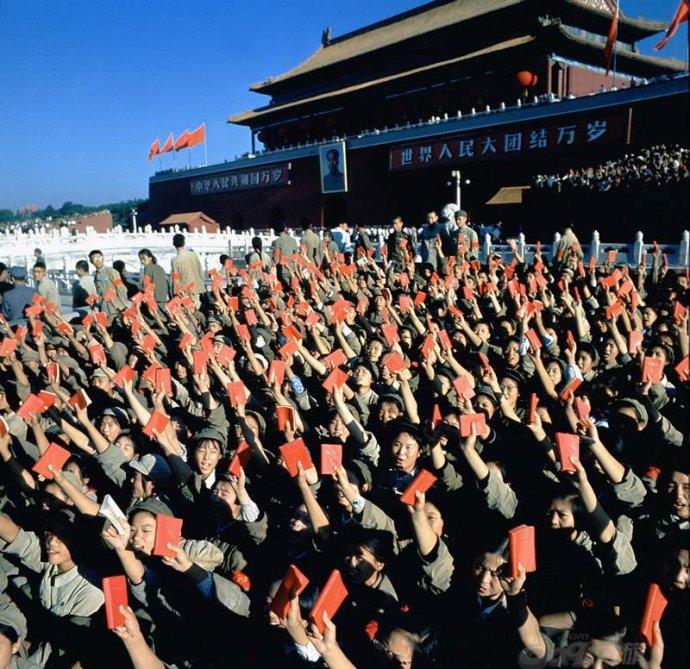 Ngày 18/8/1966, hàng triệu Hồng vệ binh khắp Trung quốc tập trung về quảng trường Thiên An Môn (Bắc Kinh) để nghe Mao Trạch Đông hiểu dụ.