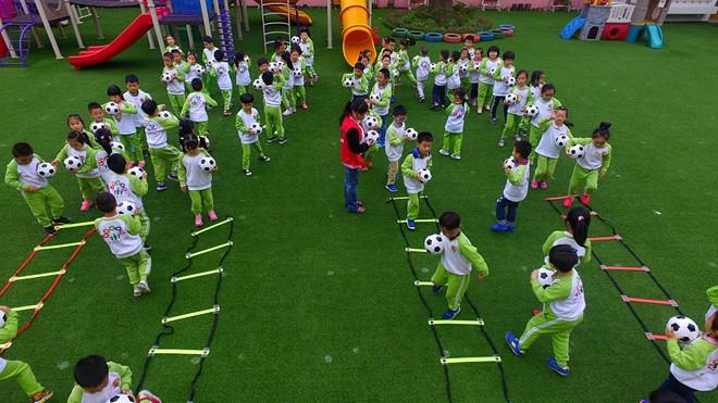 Rất nhiều trường dạy bóng đá mọc lên ở Trung Quốc.