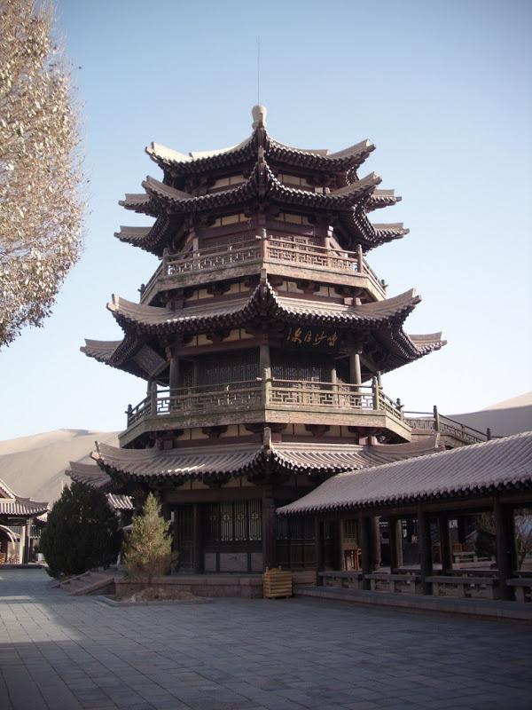 Dọc theo bờ hồ Nguyệt Nha Tuyền là một ngôi chùa mang kiến trúc truyền thống Trung Hoa, được xây dựng từ thời nhà Hán.