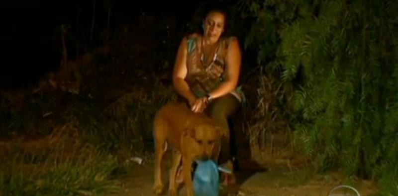 Lilica luôn để dành lại một phần thức ăn và mang về cho các bạn cùng xóm nghèo (Ảnh: Youtube)