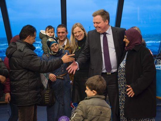Thủ tướng Iceland Sigmundur Gunnlaugsson (giữa) chào đón người tị nạn Syria.