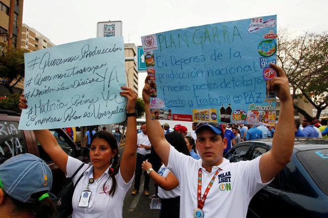 Công nhân Công ty Empresas Polar biểu tình chống chính quyền tại thành phố Maracaibo ngày 29/4. Ảnh: Reuters