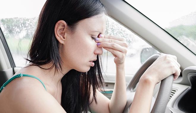 Để tránh say tàu xe, hãy cố gắng giữ nguyên đầu, nhìn thẳng về phía trước.