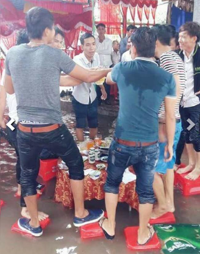 Đám cưới chạy lũ ở Khánh Hòa: Nước ngập nào ngăn hạnh phúc lứa đôi.7