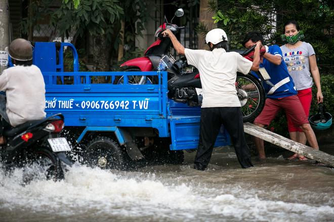 Đường Sài Gòn ngập: Xe ba gác bỗng dưng đắt khách -H7