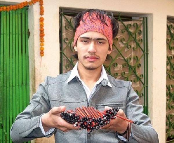 Thapa trông không khác gì những chàng trai Nepal bình thường, cho đến khi anh mở miệng...