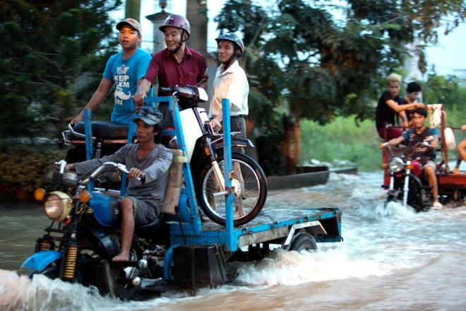 Đường Sài Gòn ngập: Xe ba gác bỗng dưng đắt khách -H8