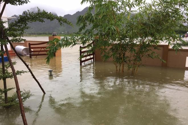 Nước nhiều con sông ở Quảng Bình đang mức báo động 2 và dự báo còn dâng cao do trời đang tiếp tục mưa to và rất to.