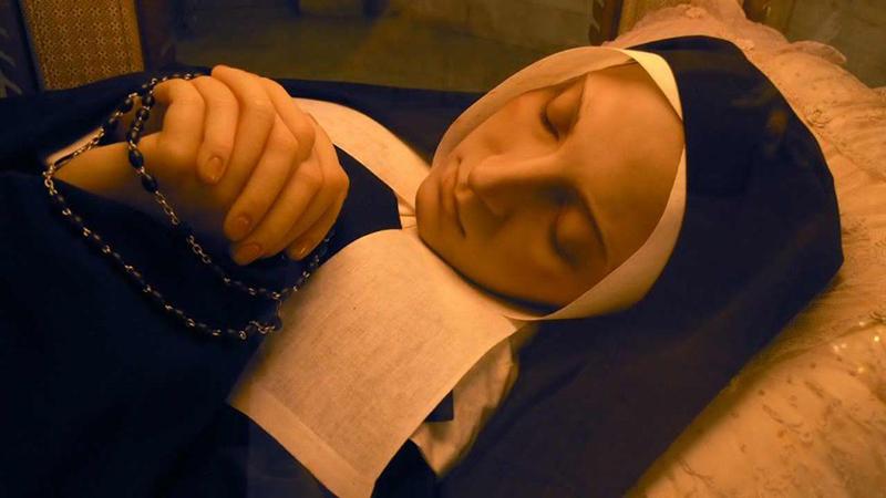 Thánh Bernadette mất vào năm 1879 và được khai quật vào năm 1909, tuy nhiên, thi thể của Thánh nữ không hề phân hủy. (Ảnh: rumisgarden.co.uk)