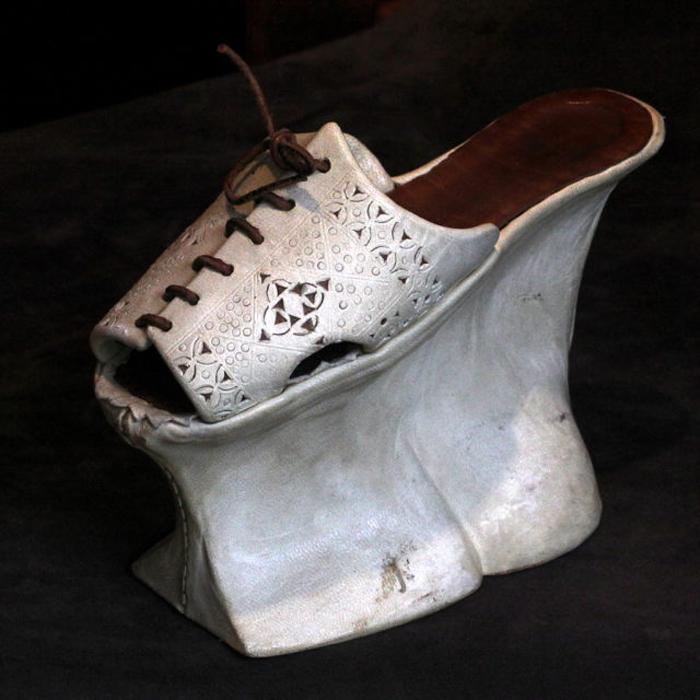 Tái thiếtcủa một đôi giày chopine tại Venice.