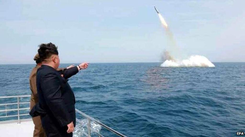 Nhà lãnh đạo Kim Jong-un giám sát một vụ phóng thử tên lửa từ tàu ngầm (Ảnh: EPA)