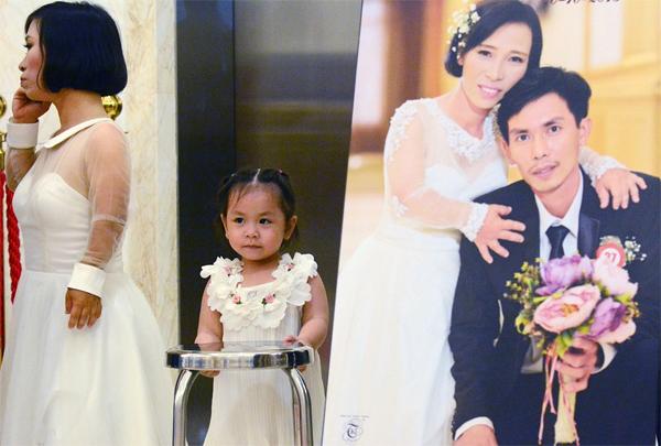 Khá nhiều cặp đôi đưa con đến cùng làm lễ cưới với bố mẹ. Trong ảnh: Bé My (3 tuổi), là kết quả của tình yêu giữa anh Nguyễn Thành Nhân và chị Trần Thị Dòn (Vũng Tàu).