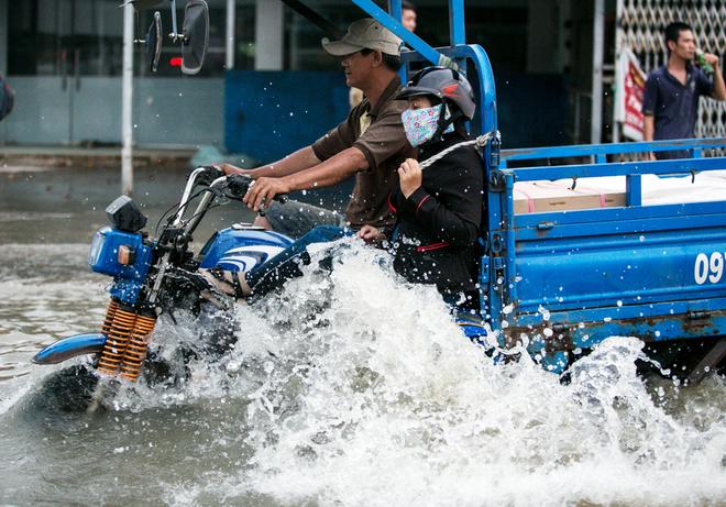 Đường Sài Gòn ngập: Xe ba gác bỗng dưng đắt khách -H9