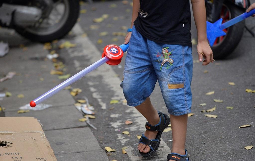 Theo các chuyên gia tâm lý, việc để con trẻ chơi các đồ chơi này dễ dẫn đến các hành vi mang tính bạo lực, côn đồ rất khó kiểm soát. (Ảnh: Internet)