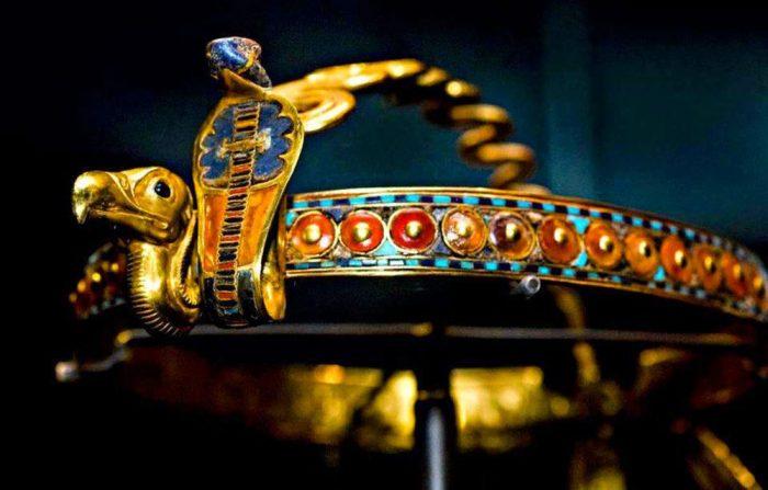 Mũ vàng vua Nguyễn lọt top vương miện quyền lực nhất thế giới.2