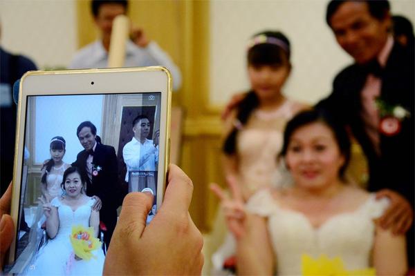 Các cặp đôi cùng gia đình, người thân hai họ lưu lại khoảnh khắc trong ngày trọng đại.