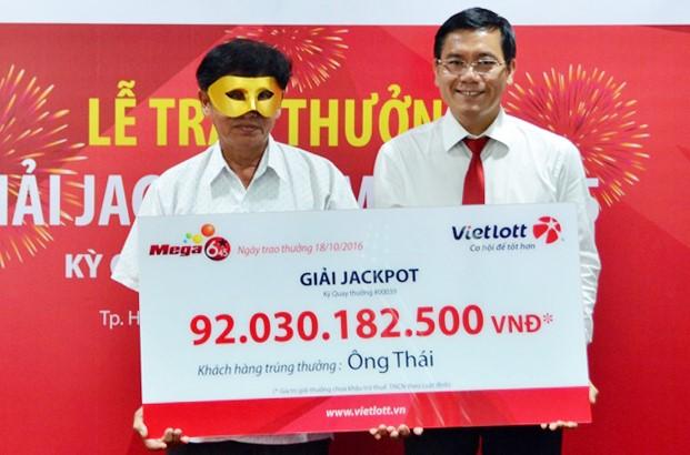 Phó tổng Giám đốc Vietlott Nguyễn Thanh Đạm trao giải Jackpot cho ông Thái. Ảnh: Vietlott.