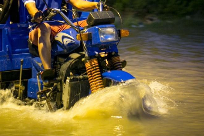 Đường Sài Gòn ngập: Xe ba gác bỗng dưng đắt khách -H10