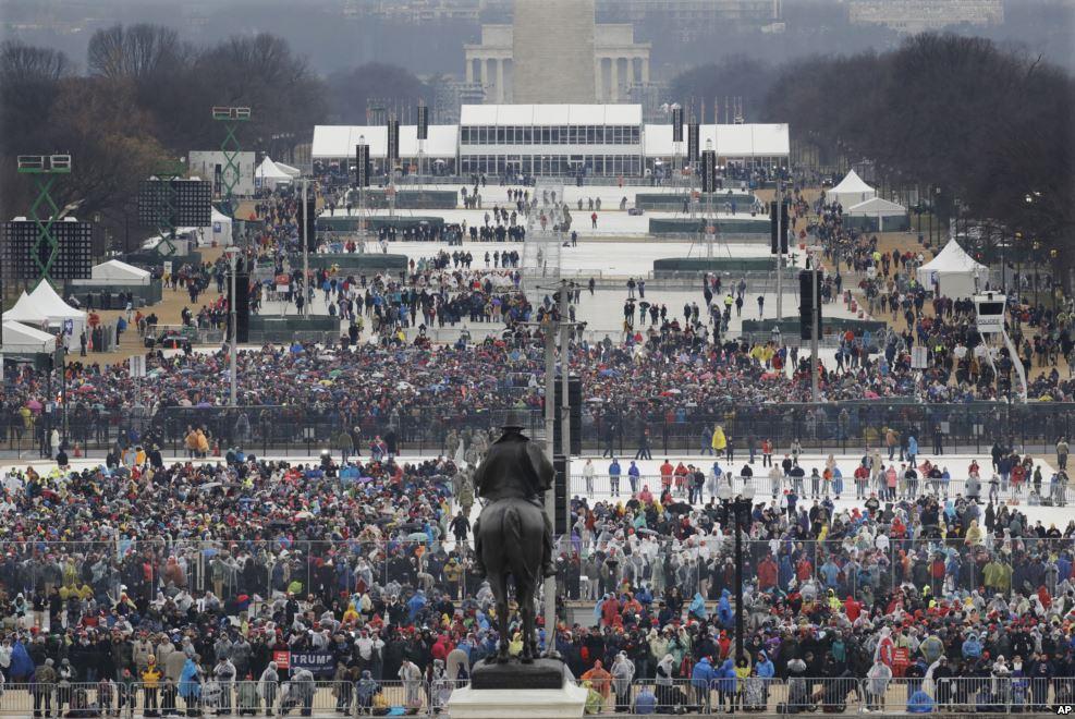 Dòng người bắt đầu đông dần tại National Mall vào sáng ngày 20 tháng Giêng, trước khi ông Donald Trump tuyên thê nhậm chức tổng thống thứ 45 của Hoa Kỳ. (Hình: AP Photo/Patrick Semansky)