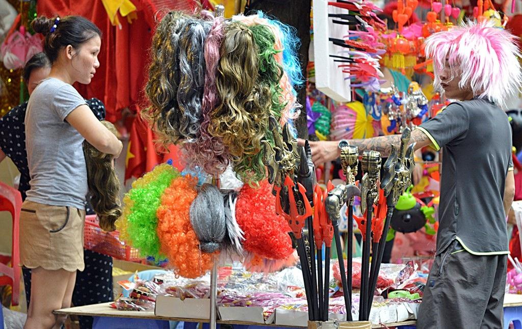 Những đồ chơi mang tính chất bạo lực khác như kiếm, giáo... cũng được bày bán công khai tại khu chợ này. (Ảnh: Internet)