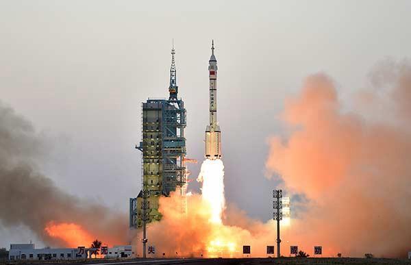 Phi thuyền có người lái Shenzhou XI được phóng đi từ Trung tâm Phóng Vệ tinh Jiuquan tại Tây Bắc Trung Quốc, ngày 17/10. Ảnh: China Daily.