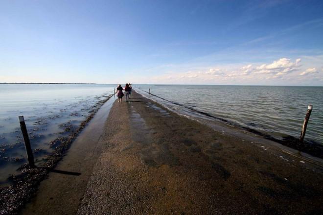 Khi thủy triều lên, con đường chìm sâu khoảng 4 m dưới mặt nước biển. (Ảnh: Drive2).