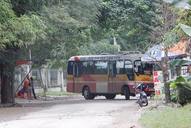 Sáng 11/11, nhiều xe tải, xe buýt phải quay đầu lại vì đường bị dân chặn không lưu thông được. (Ảnh: Phạm Hòa)