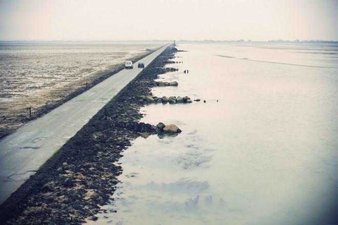 Tuy vậy, mỗi năm vẫn có nhiều người mắc kẹt giữa đường khi thủy triều dâng cao. Ảnh: Drive2.