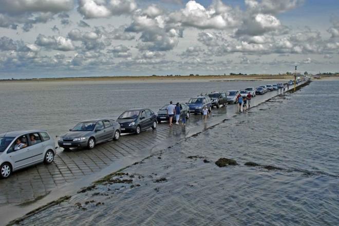Người dân chỉ có thể di chuyển trên con đường này 2 lần mỗi ngày, kéo dài tổng cộng khoảng 4 tiếng. (Ảnh: Drive2).