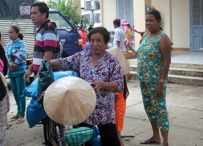 Bà Thạch Thị Sa Mươn (61 tuổi) nhận 2 phần quà.