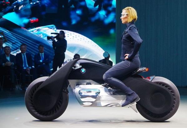 Đầu tháng 10, hãng xe Đức công bố bản concept của hàng loạt các mẫu xe tương lai. Nổi bật trong dàn môtô là chiếc Motorrad Vision Next 100 với vẻ ngoài mạnh mẽ cùng khả năng tự cân bằng đáng ngưỡng mộ.
