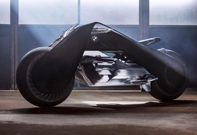 Thay vì sử dụng khung kim loại với các khớp nối truyền thống, Motorrad Vision Next 100 sử dụng chất liệu carbon mới giúp toàn bộ xe chuyển động theo hướng điều khiển của bánh trước. Đại diện của hãng không đưa ra bất kỳ lời giải thích nào về sự thay đổi này.