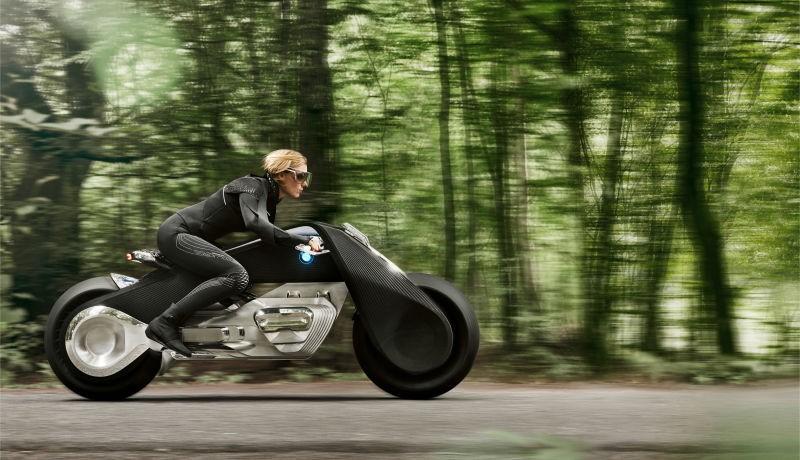 Điểm đặc biệt của chiếc xe này là người dùng không cần đội mũ bảo hiểm khi điều khiển. Theo BMW, mũ bảo hiểm sẽ trở nên thừa thãi khi Motorrad có khả năng tránh mọi cuộc va chạm.