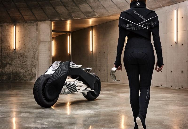 """BMW thiết kế một bộ đồ mang phong cách """"TRON - Legacy"""" không chỉ an toàn mà còn cực kỳ đẹp, gọn nhẹ và gợi cảm. Chúng có khả năng làm mát hoặc sưởi ấm tùy theo thời tiết, đồng thời cảnh báo người mặc nếu có nguy hiểm xảy ra. Cụ thể, bộ đồ sẽ rung nhẹ hoặc phát sáng khi phát hiện vật thể lạ trong điểm mù của người lái. CEO Harald Krueger chia sẻ: """"Những công nghệ của BMW đang trở nên thông minh hơn từng ngày""""."""
