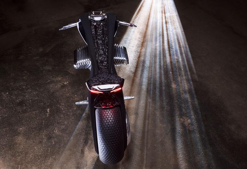 Động cơ Boxer cổ điển vẫn được ưu ái sử dụng trên Motorrad Vision Next 100, kèm theo hệ thống truyền lực mới với lượng khí thải ra bằng 0. Các thông số chi tiết về hiệu suất của xe vẫn được BMW giấu kín.