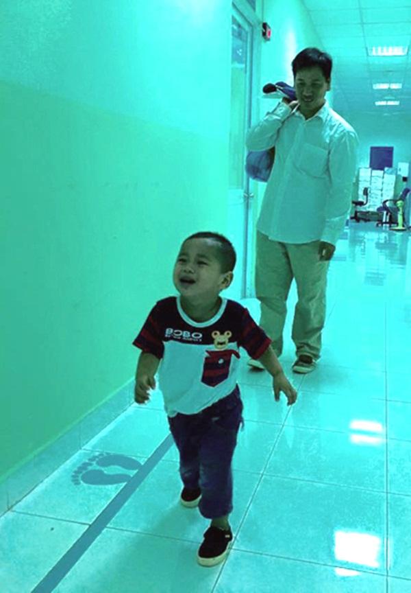 Huy tung tăng chạy nhảy khi đi tái khám cùng với bố ngày 25/10 tại Bệnh viện Nhi đồng 1. Ảnh: T.P