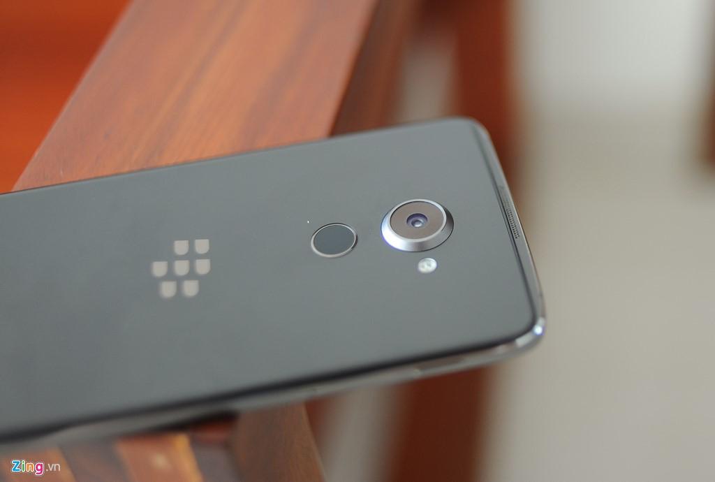 Điểm nhấn của DTEK60 nằm ở mặt sau với lớp vỏ kính khiến máy trông sang trọng hơn nhiều so với DTEK50. Cụm camera 21 megapixel thiết kế lồi cũng khiến nó trông nổi bật. Bên dưới cụm camera là cảm biến vân tay một chạm và logo BlackBerry.