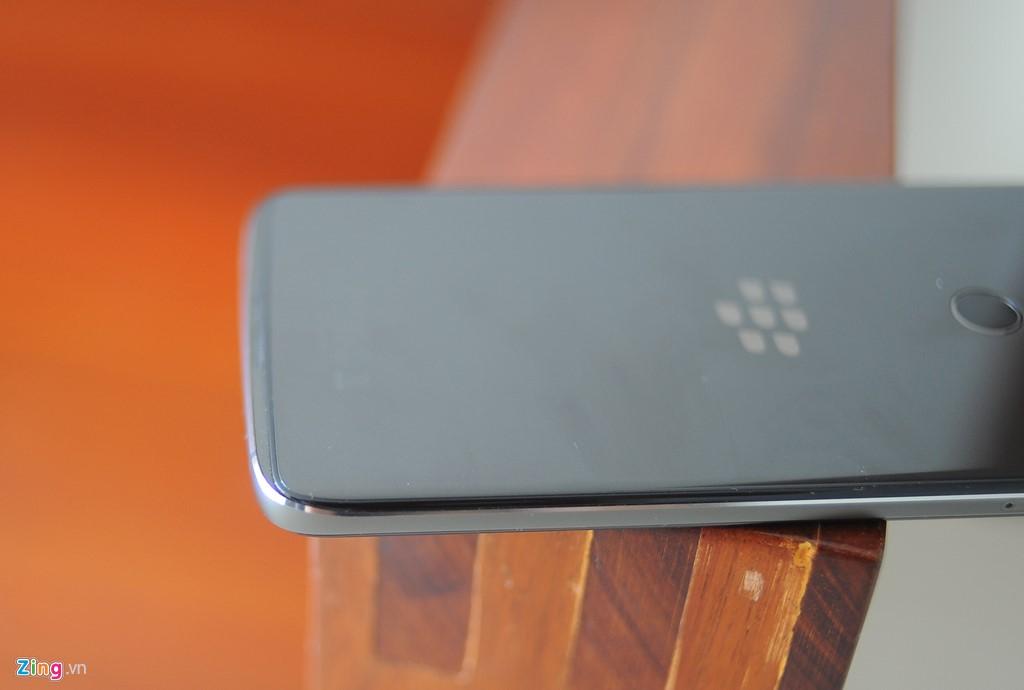 DTEK60 cũng sử dụng chuẩn kết nối mới là USB-C. Đây là thiết bị đầu tiên của BlackBerry sử dụng chuẩn kết nối này.