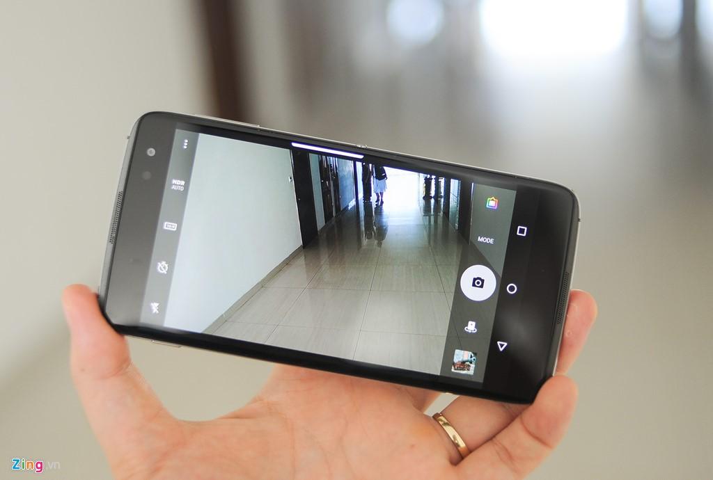 Camera 21 megapixel của DTEK60 cho tốc độ chụp nhanh hơn hẳn các mẫu trước đây như Priv. Ảnh chụp của máy nhìn chung ấn tượng: Màu nổi khối, độ chi tiết cao. Tuy nhiên, máy đo sáng không thực sự tốt, hơi giống các smartphone của Sony trước đây. Trong khi đó, camera trước 8 megapixel của máy cho khả năng selfie tốt.
